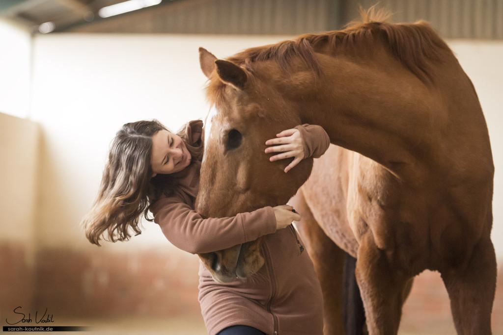 einäugiges Pferd Warmblut Goldstern mit Besitzerin | Pferdefotografie München