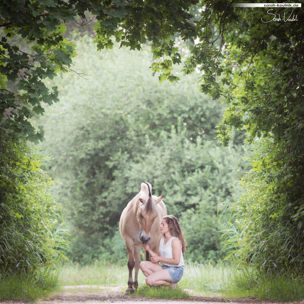 Marie und Fjordstute Bella | gratis Fotokurs Motive einrahmen | Pferdefotografie München | Sarah Koutnik Fotografie