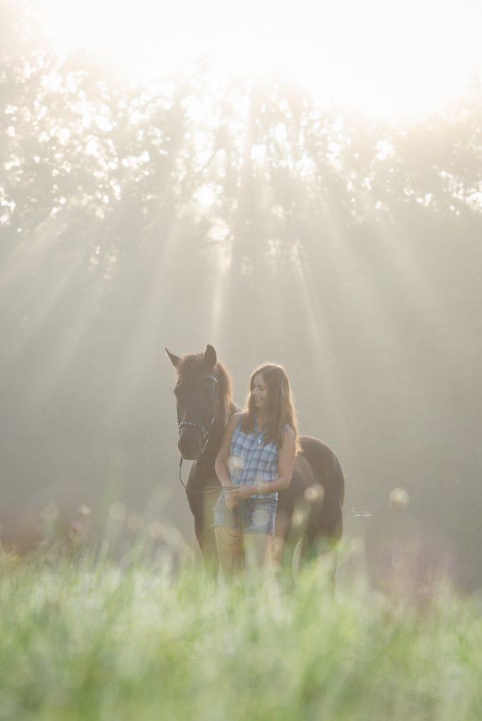 Pferdefotoshooting bei Nebel und Sonnenaufgang mit schwarzem Isländer Thjotandi | Sarah Koutnik Fotografie | Pferdefotografie München Krailling Starnberg Bayern