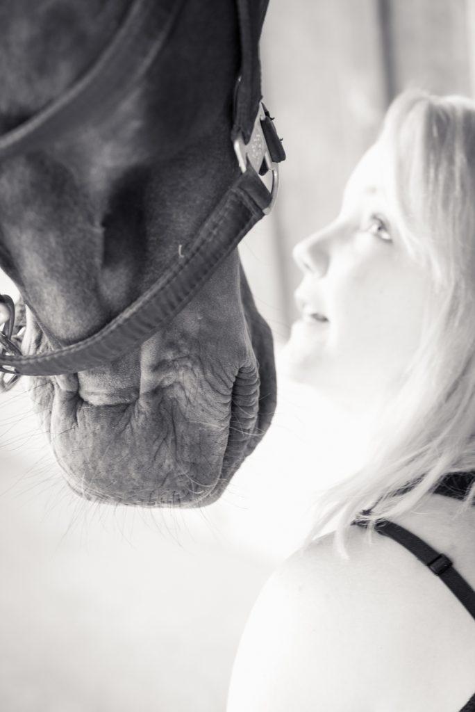 Schwarz weiß Foto | Bine und Paulchen | dokumentarische Pferdefotografie | Sarah Koutnik Fotografie